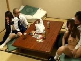 【盗撮】修学旅行中に乱交してるパーリーピーポーなアホ学生の男女4人