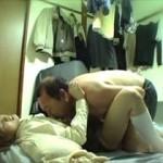 【盗撮】家出した美少女がキモイおっさんに拾われてエロい事されてる様子が隠し撮りされていた・・・