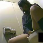 【素人 盗撮】トイレでオナニーしてオーガズム…喘ぎ声は絶対出さない制服娘