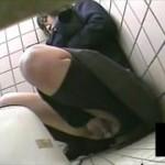 【素人 盗撮】メガネの真面目そうな制服女子が和式トイレで予想外にオナニーを始めちゃいました