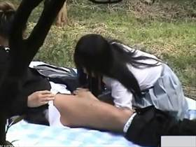 【素人盗撮】昼間からイチャイチャ彼女にチンコ咥えさせる若者カップルをこっそり撮影