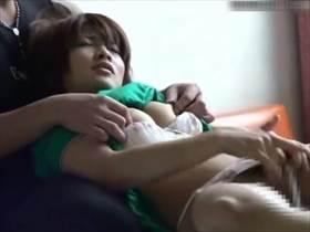 【個撮隠し撮り】ベッド上のカップル…彼氏が彼女にオナニーさせてその様子を友人に盗撮させてる!?