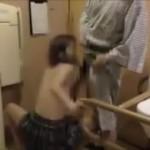 【流出】詳細不明 病院?のトイレで女の子と親父2人が3Pをしている謎の映像が生々しい