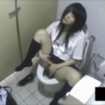 【素人盗撮】やりなれてる感じがエロい!制服女子がデパートのトイレで自慰行為の没頭