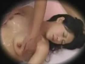 【素人盗撮】四十路の人妻熟女がマッサージ中に潮吹き!性欲解消する普段は真面目な主婦の姿