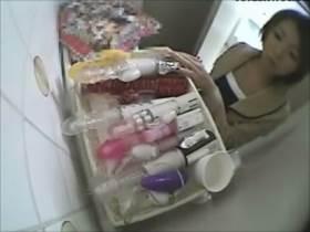【素人盗撮】トイレに隠しカメラと大人のおもちゃ設置!まんまとオナニー始めちゃう女の子www