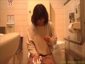 【素人盗撮】トイレでのプライベートを撮影された美少女!鼻ホジホジまで撮られてるwww||おしっこ盗撮,おしっこ,トイレ,盗撮,素人,美少女