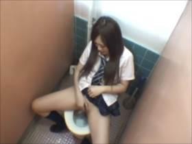 【素人盗撮】女子高生がトイレで自慰行為に耽りまさかの潮吹き撒き散らしてる!||オナニー盗撮,オナニー,トイレ,潮吹き,盗撮,素人,美少女