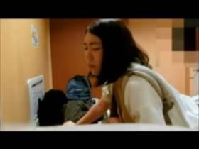 【個人撮影】赤ん坊を胸に抱いたままトイレで男にハメさせる母親!金のため?不倫?ガチ映像