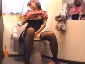 【素人盗撮】網タイツの美少女がトイレでまったり自慰行為に耽る様子がエロい
