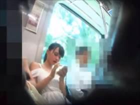 【素人盗撮】電車内で撮影された完璧な美少女の純白パンツを完璧にとらえたパンチラ逆さ撮り映像