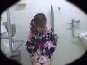【素人盗撮】紙がない!どうする?浴衣姿の女の子から普段着の女の子までトイレでおしっこしてからその後の様子を隠撮