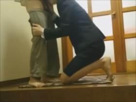 【個人撮影】本物のヤバいやつ!!生協の営業職の女性が顧客の自宅の玄関でガチ枕営業している様子が隠し撮り流出したリアル映像