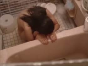【素人盗撮】風呂場の隠撮から盗撮に気づき女性が怯える様子まですべてを撮影しているヤバい映像