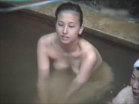 【素人盗撮】ハーフっぽい美女と素朴で可愛らしい女の子!2人の女子が露天風呂でくつろぐ様子を隠撮