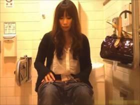 【素人盗撮】モデル系美女のおしっこ隠撮映像!トイレを済ませ身支度して出て行くまでの様子が流出