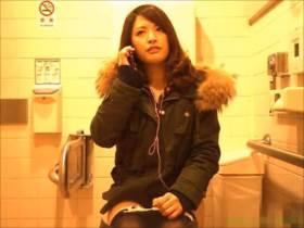 【素人盗撮】綺麗だ!美人のお姉さんが電話で会話しながらおしっこしている様子が隠撮されて流出