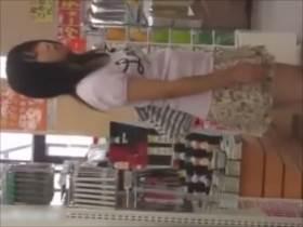【素人盗撮】えっ?‥JCくらいにも見えるが‥100円ショップで女の子のパンチラ撮影!予想通りの可愛いパンツ