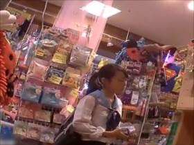 【素人盗撮】買い物に夢中のJC?JK?を付け回してパンチラ逆さ撮り!可愛いけど結構派手目なパンツです