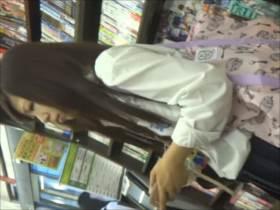 【素人盗撮】レンタルビデオ店で女子高生が狙われた!映像他写真まで撮影されてるパンチラ逆さ撮り2人分