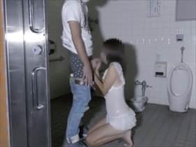 【個人撮影】旦那が掲示板で嫁のNTR相手を募集!待ち合わせ場所の公衆トイレに行列できてるヤバいやつ
