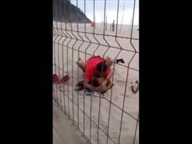 【個人撮影】マジでやっちゃってるしw砂浜でバカップルがハメてるのをこっそり撮影した映像が流出してる