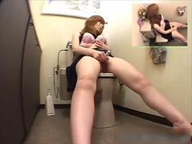 【素人盗撮】キレイ系ギャルがトイレで用を足した後自慰をおっぱじめる!しかも持参のローターまで使う始末