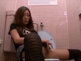 【素人盗撮】ギャル風のお姉さんが公衆のトイレでオナニーおっぱじめた!気持ちよさそうな顔で没頭してます