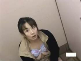 【素人盗撮】トイレで自慰に耽る女性を上から撮影してたら見つかって修羅場になってる激ヤバい映像