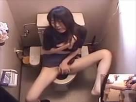 【素人盗撮】地味な顔した娘がトイレで地味な喘ぎ声あげながら大股開いてオナニーに没頭してる姿が流出