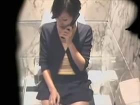 【素人盗撮】彼氏とのTELで都合が合わずトイレで自慰を始めるOL!しかも最後に予想外のお漏らしまで!