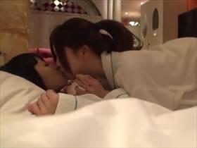 【個人撮影】レズっ気のある女の子が先輩レズビアンとドキドキの性行為を体験するドキュメントが生々しい