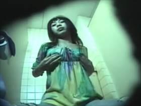 【素人盗撮】公衆トイレ自慰でずっと喘ぎ声我慢してるけど逝く瞬間にだけ出る喘ぎ声が激エロいギャルの指オナ