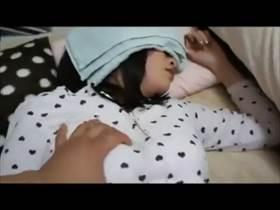 【個人撮影】彼女顔出しかよ‥熟睡してるのをいいことにおっぱいやアナルまで撮影して勝手に流出させるバカ彼氏