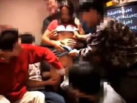【個人撮影】大学生達が飲み会で記録した乱痴気騒ぎの流出映像がこれ!1人の娘を男達が輪姦してるクソ映像