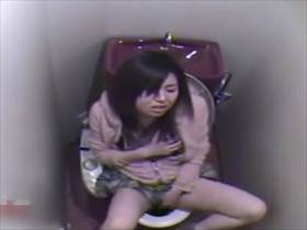 【素人盗撮】静かな自慰からの逝く間際に出る喘ぎ声がクソエロい若い娘の公衆トイレオナニー!逝ってグッタリ
