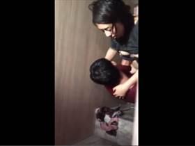 【個人撮影】大学のトイレでパコってるカップルを友人がこっそり撮影!顔出しで流出させた鬼畜すぎるスマホ映像