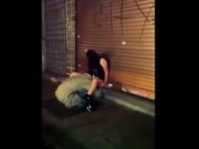 【個人撮影】泥酔してるな‥若い娘が路上生活者にマ●コ舐められてるのを一般人が撮影!記念撮影する輩も‥