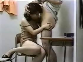 【個人撮影】教室でやっちゃってるよ‥子供が行ってる塾の先生と主婦の情事が生々しすぎてヤバい不倫投稿映像