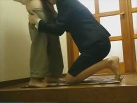 【個人撮影】夫婦?不倫?枕?行為の他に2人の会話にも注目の玄関で撮影されている生々しい性行為流出映像