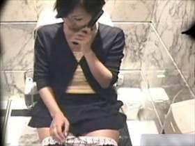 【素人盗撮】誰かとの約束を電話でキャンセルした後そのままトイレでオナニー始める節操のない美人のお姉さん