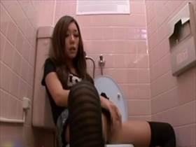 【素人盗撮】男には困らなさそうな娘が公衆トイレで自慰に没頭!うっとり顔でマ●コを弄る姿が堪らなくエロい
