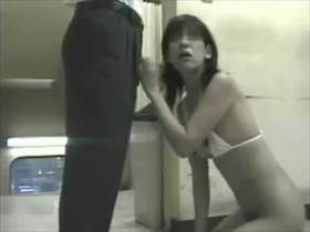 【個人撮影】場所がヤバいな‥ポルノ上映してる映画館で嫁の寝取らせ撮影してる夫婦が投稿したガチ映像がこちら