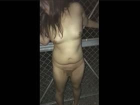 【無修正・個人撮影】深夜の野外で全裸の嫁に手マンで潮吹きさせてる中年夫婦映像!これが夫婦円満の秘訣w