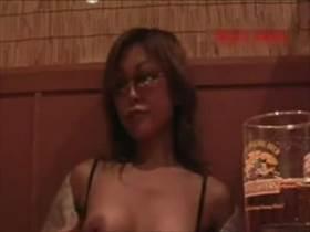 【個人撮影】夫婦が趣味で撮影か?熟女さんが飲食店でおっぱい出してるのを撮影してる映像がやけに生々しい件