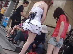 【素人盗撮】街で見かけた2人組の娘に粘着してパンチラ撮影!スカート短すぎて容易に丸見えパンツをゲット